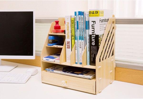Trang trí bàn làm việc bằng chiếc kệ gỗ